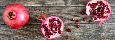 做的新鲜的石榴汁成熟石榴果子在木桌 概念吃健康 库存图片