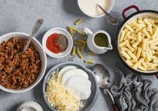 做的橡皮防水布和乳酪成份 面团,乳酪,肉在灰色背景的西红柿酱,顶视图 免版税图库摄影