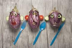 做的滑稽的面孔创造性的想法用茄子 免版税库存图片