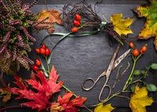 做的秋天装饰卖花人桌与叶子、剪和丝带,秋天背景 免版税库存照片