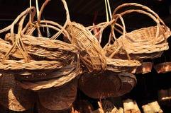 做的篮子商店 有许多由竹子制成的种类篮子 篮子手工制造泰国柳条 它是被编织的竹纹理 免版税库存图片