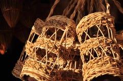做的篮子商店 有许多由竹子制成的种类篮子 篮子手工制造泰国柳条 它是被编织的竹纹理 图库摄影