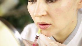 做的美容师与透明质酸补白的嘴唇射入 股票录像