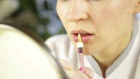 做的美容师与透明质酸补白的嘴唇射入 股票视频