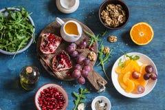 做的水果沙拉新鲜的成份 在蓝色木背景,顶视图 免版税库存图片