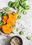 做的素食午餐-胡桃南瓜,菠菜,在白色背景,顶视图的水菰健康有机未加工的成份 库存图片
