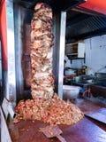 做的shwarma路旁摊位在纵型烤架 图库摄影