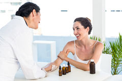 做皮肤刺测试的医生在她的患者 库存照片