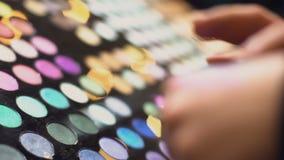 做眼影膏样片手,美容品,构成的商城顾客 影视素材