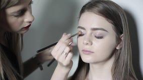 做眼睛构成的化妆师 做专业构成,眼影的女孩 影视素材