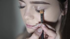 做眼睛构成的化妆师 做专业构成,眼影的女孩 股票视频