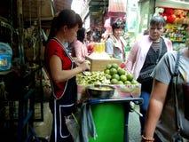 做石灰助手的少女在曼谷 库存图片