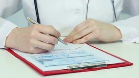 做研究的医学家,比较图表,统计 分析接近的数据手指裱糊铅笔视图妇女 影视素材