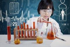 做研究的聪明的科学家 免版税库存图片