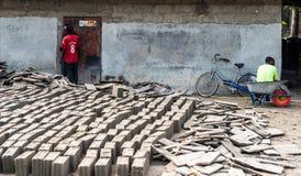 做砖,坦桑尼亚的两个伙计 库存照片