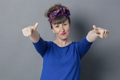 做硬岩标志的愉快的30s妇女的乐观 免版税图库摄影
