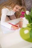 做礼品券的可爱的女孩为母亲节 库存照片