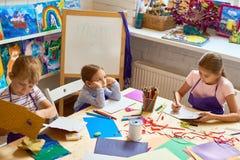 做礼品券的孩子在母亲节 免版税库存图片