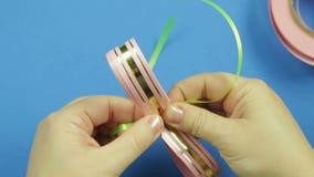 做礼物弓由一条桃红色丝带在蓝色背景 时间膝部 股票视频