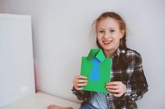 做礼物的儿童女孩贺卡为父亲节 免版税库存照片