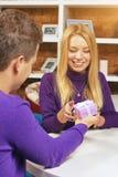 做礼物的年轻人对女孩 免版税库存照片