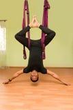 做空中瑜伽锻炼的人,室内 库存照片