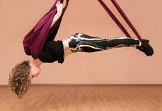 做空中瑜伽锻炼的妇女 免版税图库摄影