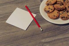 做笔记概念的信件名单明信片纸牌愿望congrats记忆红色铅笔 关闭在天花板视图照片上的上面  免版税库存图片