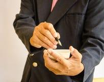 做笔记的商人在本文 免版税库存照片