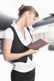 做笔记的白种人妇女在办公室 免版税库存图片