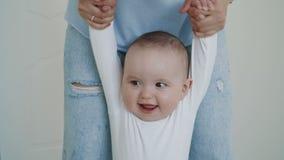 做第一步的愉快的矮小的婴孩 股票视频