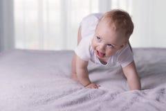 做第一步的逗人喜爱的男婴 蹒跚的可爱的婴儿孩子起点 免版税库存照片