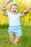 做第一步的逗人喜爱的矮小的婴孩 免版税库存照片
