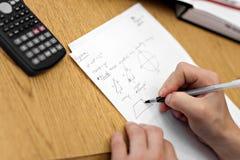做算术家庭作业 免版税库存照片