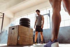 做箱子的坚定的适合人跳跃在健身俱乐部 免版税图库摄影