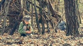 做篝火的小逗人喜爱的女孩在森林里 免版税库存照片
