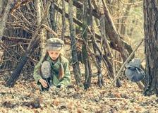 做篝火的小逗人喜爱的女孩在森林里 库存照片