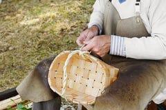 做篮子的工匠 免版税库存照片