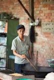 做米玉米花的人在越南 库存图片