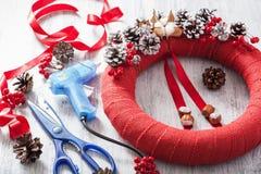 做红色圣诞节花圈装饰diy手工制造 免版税库存图片