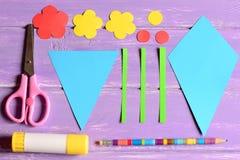 做纸工艺为母亲` s天或生日 步骤 削减细节,剪刀,胶浆棍子,花模板,在桌上的铅笔 图库摄影