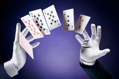 做纸牌戏法的魔术师的大反差图象 免版税库存图片