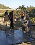 做纸部落妇女的竹小山 免版税库存图片