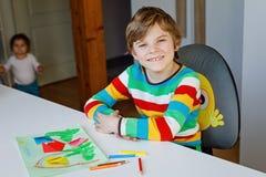 做纸origami郁金香的小孩男孩为一张明信片开花为母亲` s天或生日与小姐妹小孩 图库摄影