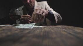 做线的男性上瘾者与信用卡和嗅药物的可卡因通过滚动了从手机屏幕的钞票 ?? 股票视频