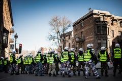 做线的警察控制抗议者 库存照片