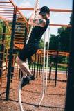 做绳索锻炼的人 免版税图库摄影