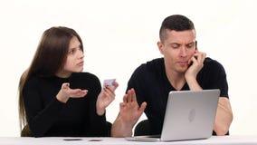 做网上购物的人和女孩 空白 股票视频