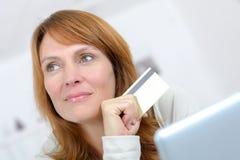 做网上购物的妇女 库存照片
