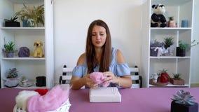 做羊毛的年轻白种人妇女烘干毡合讲解 影视素材